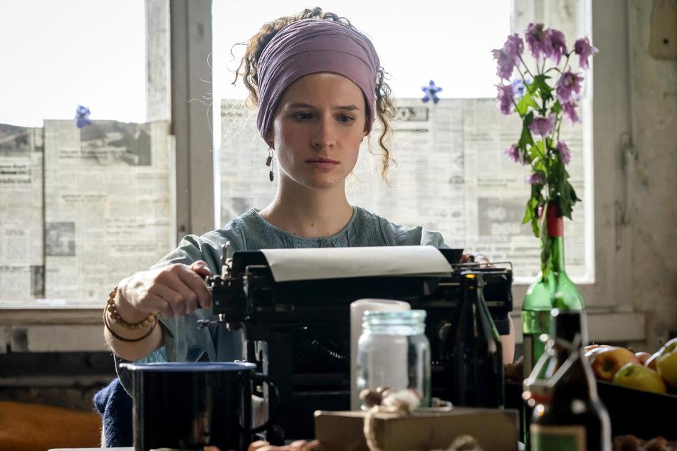 """Ende April gab's Marlene Tanczik (28) als Solveig in """"Die unheimliche Leichtigkeit der Revolution"""" zu sehen."""