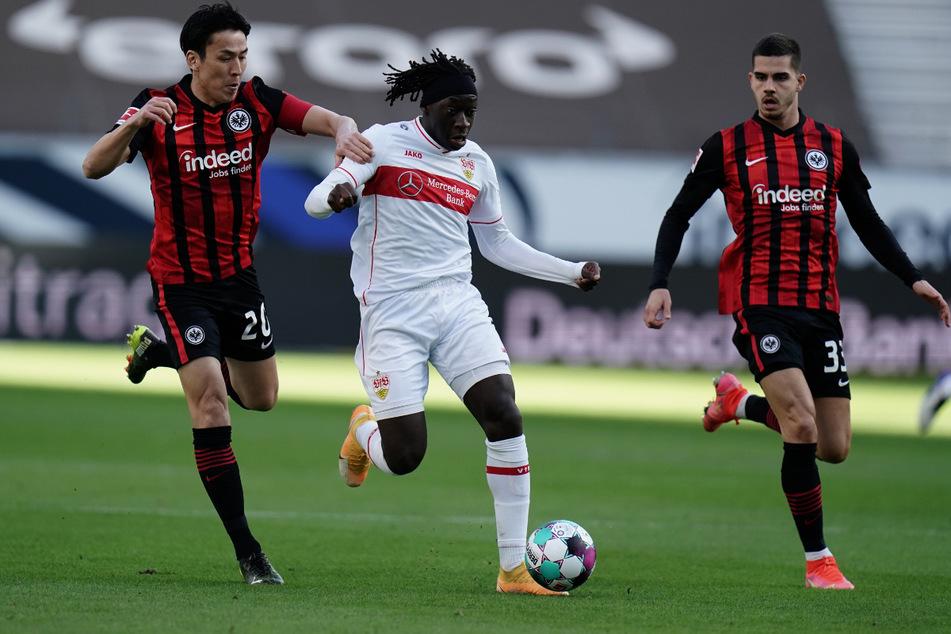 VfB-Youngster Tanguy Coulibaly stellt die Eintracht immer wieder vor Probleme, hier laufen Makoto Hasebe (l.) und André Silva (r.) hinterher.