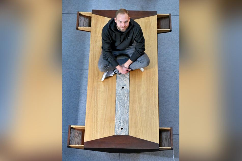 Franz Radtke (20) hat einen Esstisch für seine Eltern gezimmert. Die Schubfächer an den Seiten bieten Platz für Besteck, Servietten und Co.