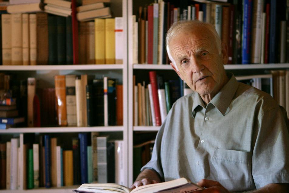 Der Schriftsteller Günter de Bruyn, sitzt mit einem Buch in der Hand in seinem Haus. (Archivbild)