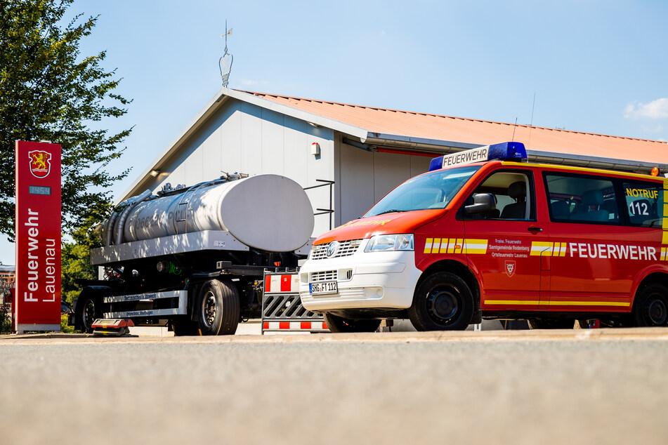 Ein Tankanhänger des Technisches Hilfswerkes (THW) mit Brauchwasser steht auf dem Hof der Freiwilligen Feuerwehr Lauenau.