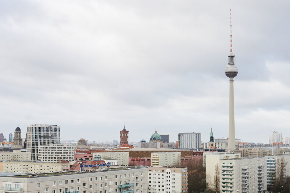 Ein Blick über die Karl-Marx-Allee zeigt viele Wohnungen und den Berliner Fernsehturm.