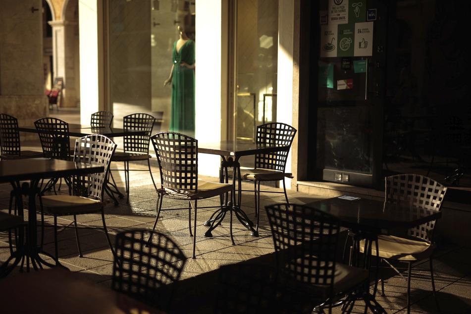 Mallorca: Tische stehen leer in einem Restaurant. Zwar bleiben die Balearen oder die Kanaren noch davon verschont, aber Deutschland hat wegen regional steigender Infiziertenzahlen von Reisen in Regionen wie Katalonien abgeraten.