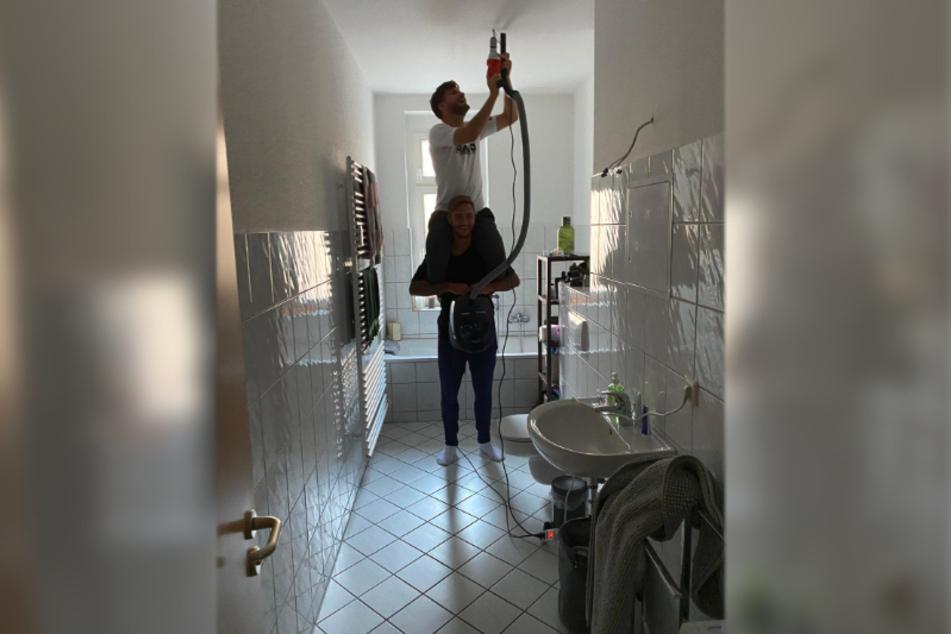 """Fast wie bei """"Hör mal, wer da hämmert"""": Felix Drinkuth und Marco Schikora probierten sich beim Umzug als Heimwerker."""