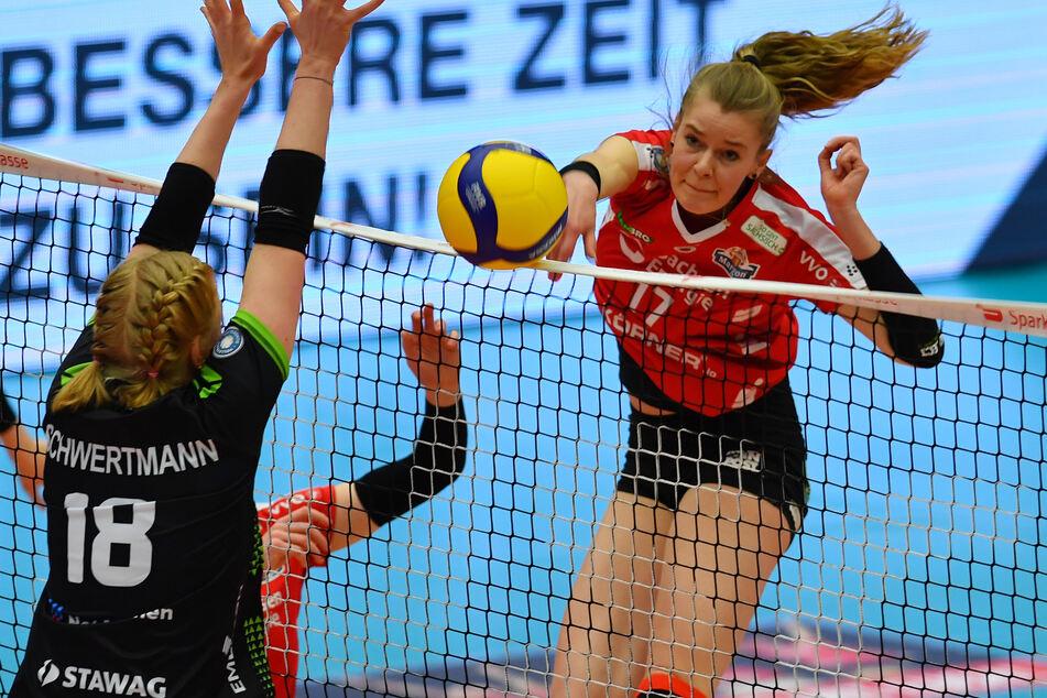 Der Dresdner SC gegen Ladies in Black Aachen, 20. März in der Margon Arena Dresden. Camilla Weitzel (20, r.) in Aktion.