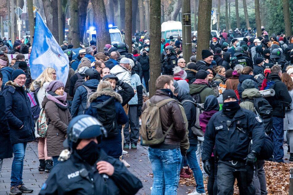 """Die Bremer Polizei hat am Wochenende nach einer in letzter Minute verbotenen """"Querdenker""""-Demonstration hunderten Menschen Platzverweise erteilt."""