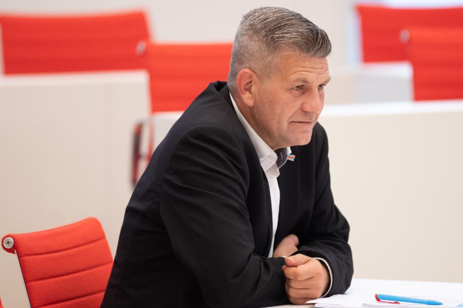Daniel Freiherr von Lützow (AfD) sitzt während der Konstituierenden Sitzung des Brandenburger Landtages im Plenarsaal. Der 46-Jährige soll ebenfalls unter den Partygästen gewesen sein.