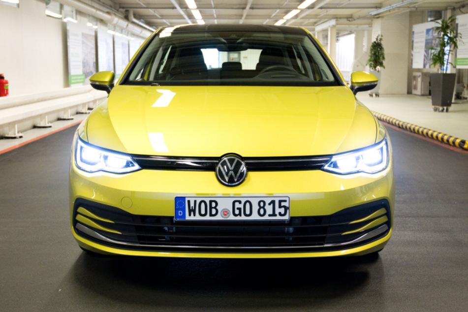 Ein neuer Volkswagen Golf 8 steht im VW-Werk.