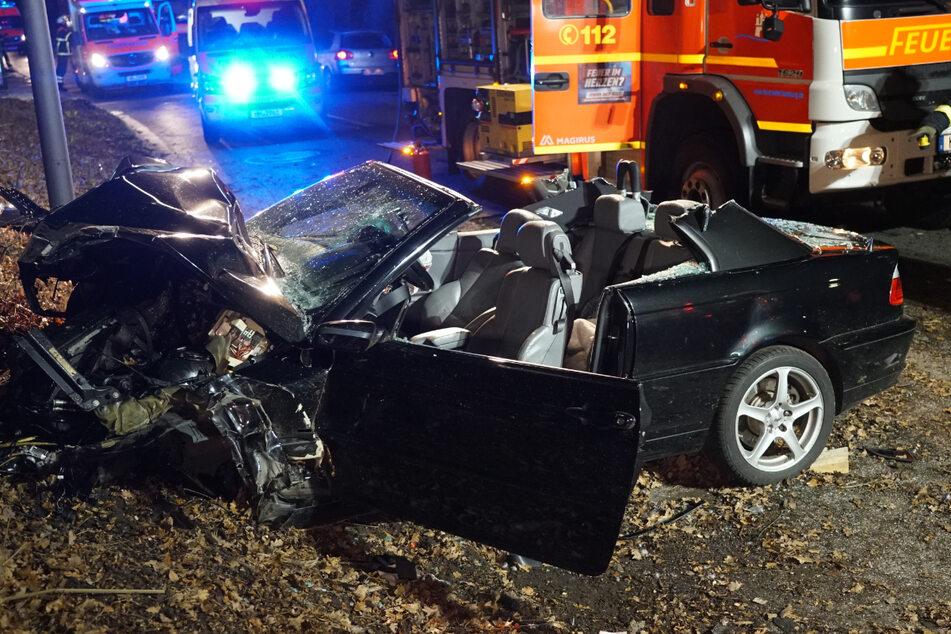 Auto prallt bei Überholmanöver gegen Bäume: Fahrer eingeklemmt