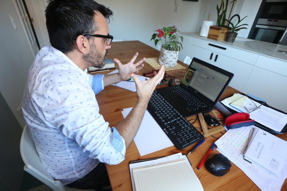 Ein Mann sitzt während Corona zuhause an seinem Arbeitsplatz.