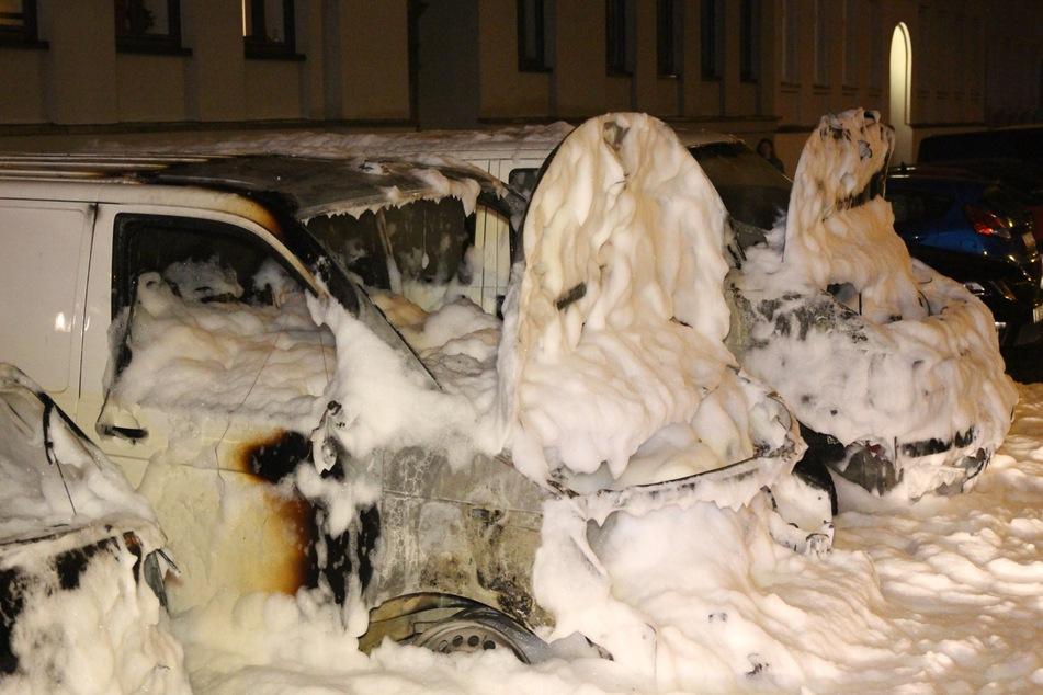 Durch das Feuer wurden mehrere nebenstehende Fahrzeuge in Mitleidenschaft gezogen.