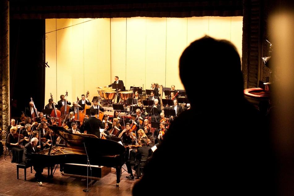 Ein Zuschauer verfolgt das Programm der New Yorker Philharmoniker in Hanoi (Vietnam).