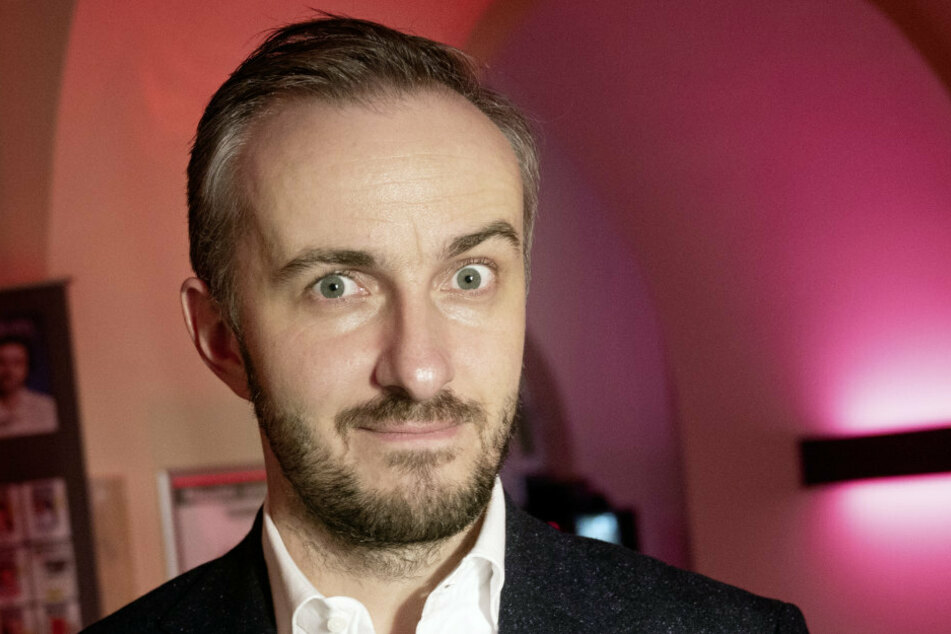 """Jan Böhmermann (39), TV-Entertainer, und Gewinner des Preises für Unterhaltung, steht bei der Preisverleihung der """"Journalistinnen und Journalisten des Jahres 2019""""."""