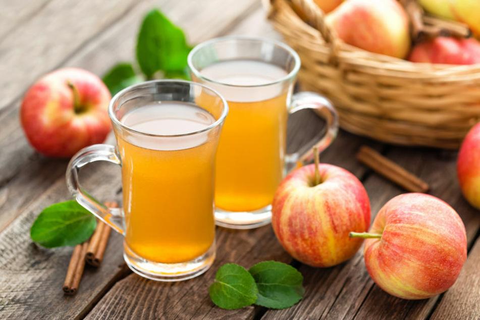 Viele schwören auf den Apfelessig-Trunk am Morgen. Doch zu viel greift die Zähne an.
