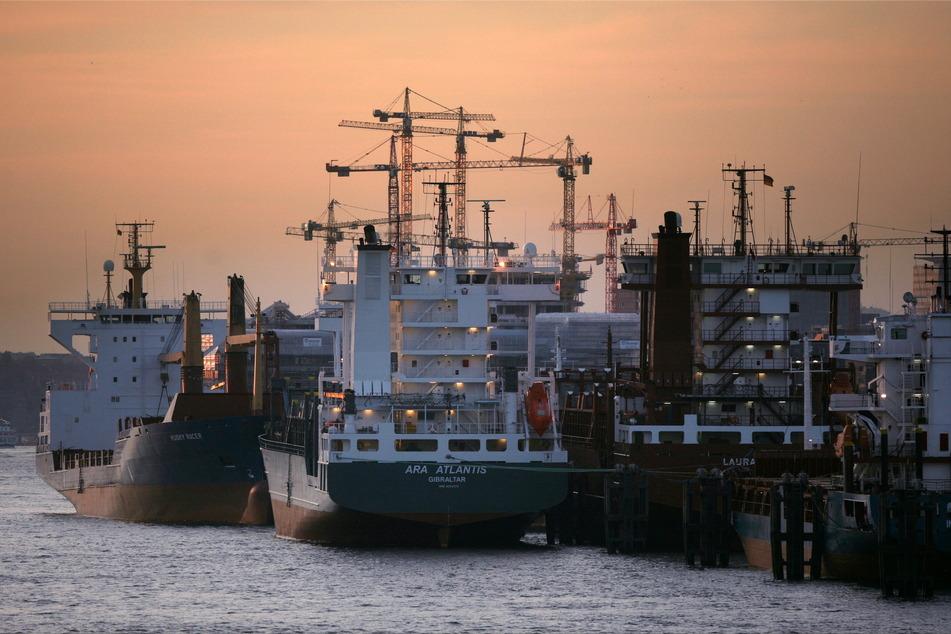 Mehrere leere Containerschiffe liegen im Hafen.