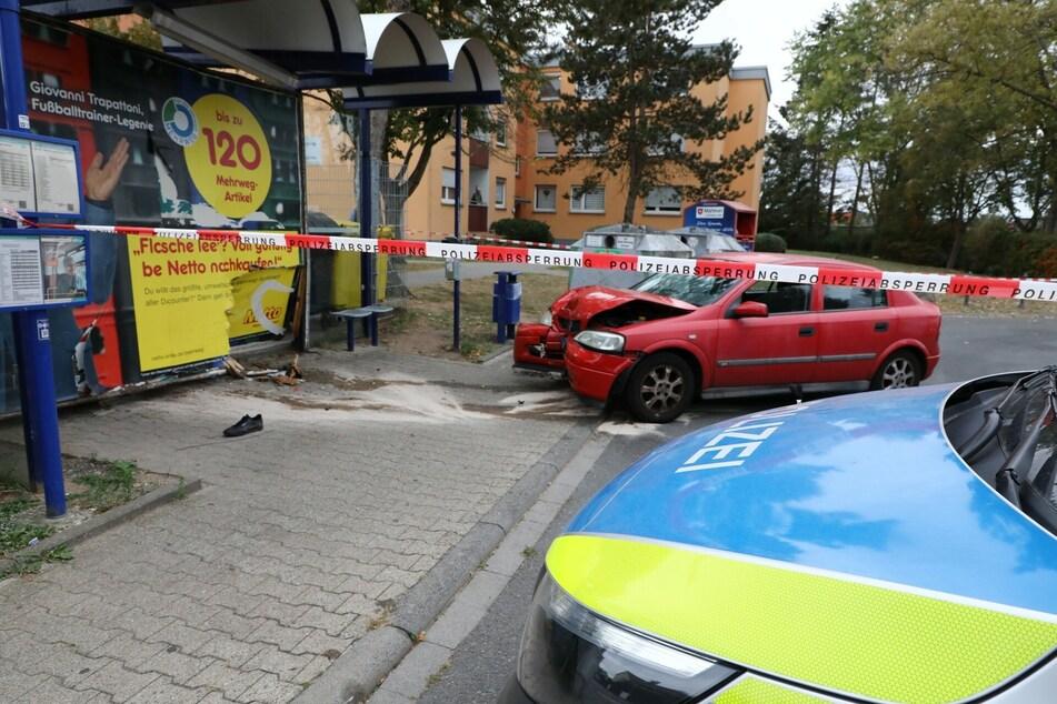 Versuchter Mord? Junger Mann (20) von Auto an Bushaltestelle schwer verletzt