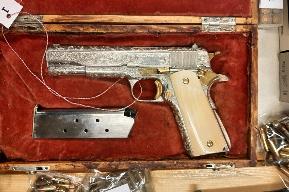 Offenbar hat der Waffensammler eine Leidenschaft für außergewöhnliche Stücke.
