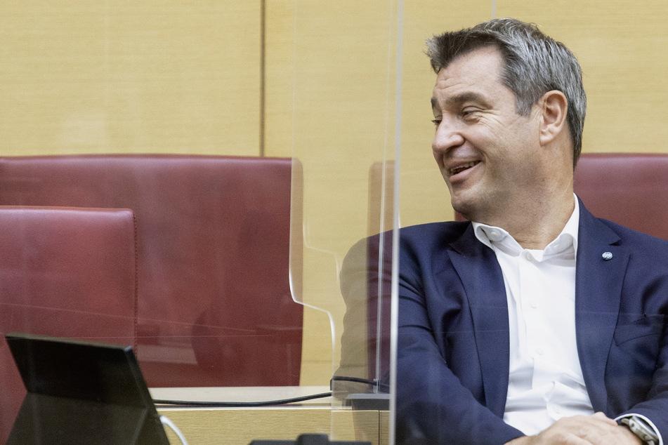 Markus Söder (CSU), Parteivorsitzender und Ministerpräsident von Bayern, sitzt bei einer Sitzung der CSU-Fraktion im Bayerischen Landtag auf seinem Platz im Plenarsaal.