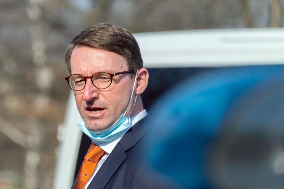 Auch Sachsens Innenminister Roland Wöller (50, CDU) ist auf den fingierten Fahndungsplakaten zu sehen.