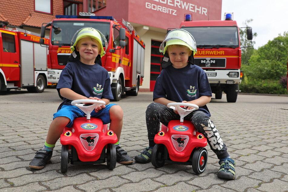 Aufsitzen auf der kleinen Feuerwehr: Till (5, l.) und Levi (5) brausen zum ersten Einsatz.