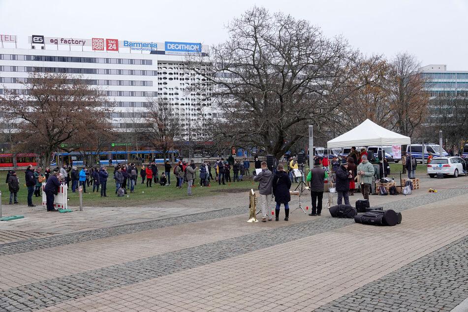 Etwa 80 Personen demonstrierten am Samstag im Stadthallenpark.