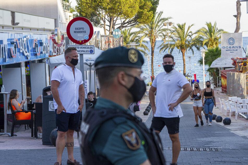 Beamte der Guardia Civil stehen Wache im Ferienort Magaluf in der Stadt Punta Ballena auf Mallorca.