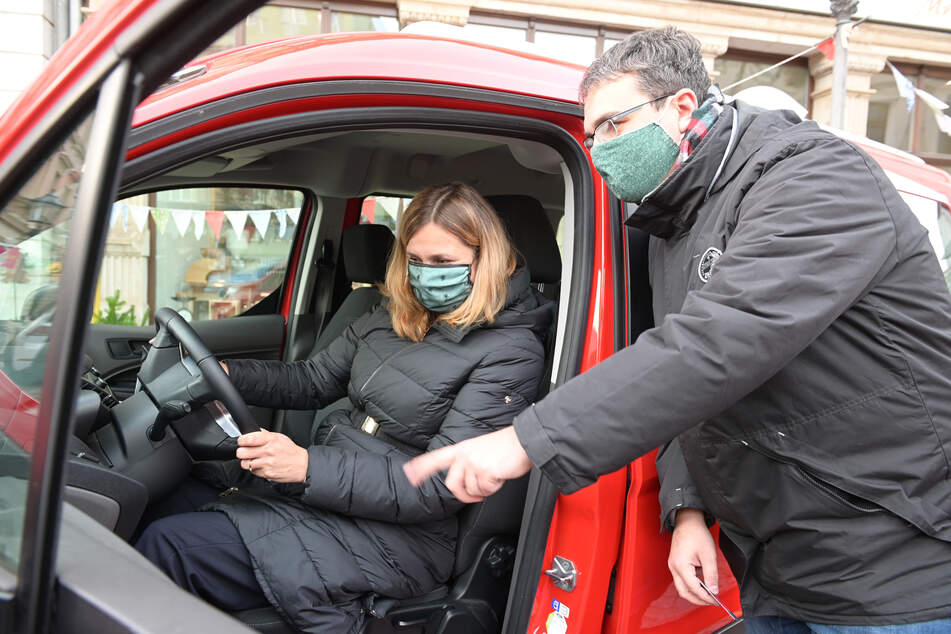 Start für TeilAuto in Zwickau: Gebietsleiter Martin Schmidt (36) erklärte Oberbürgermeisterin Constance Arndt, wie die Autos gemietet werden können.