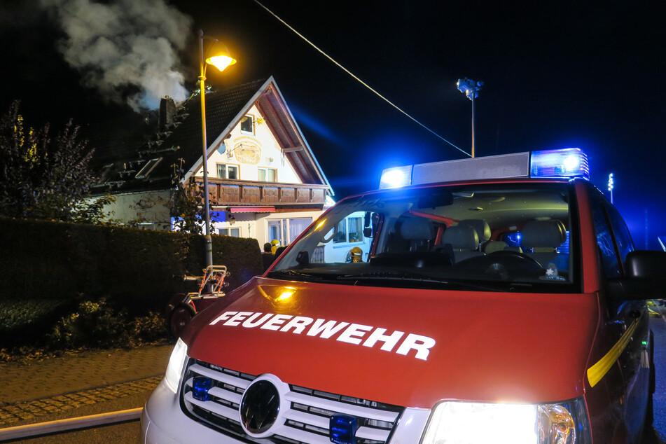 Als die Feuerwehr eintraf, hatte sich der Brand schon auf das Dach ausgebreitet.