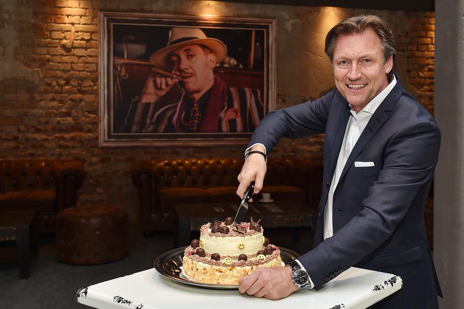 Mirco Meinel schneidet die Torte zum zehnjährigen Show-Geburtstag an.
