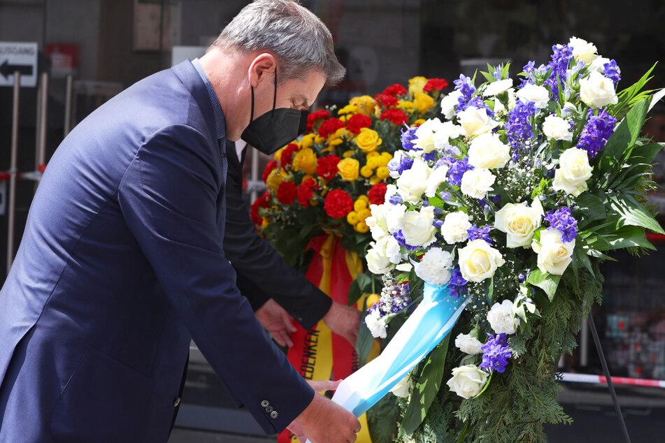 Bayerns Ministerpräsident Markus Söder (54, CSU) gedenkt in der Würzburger Innenstadt der Opfer einer Messerattacke.