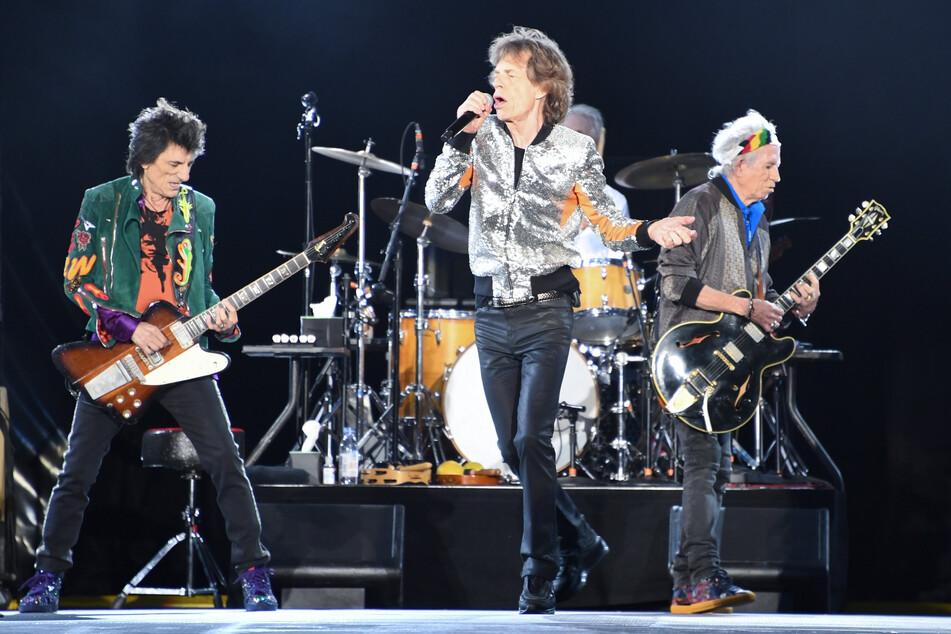 Die Rolling Stones, Ron Wood (l-r), Mick Jagger, Charlie Watts (verdeckt) und Keith Richards stehen im Stadtpark auf der Bühne. Die Ticket-Affäre dauert auch vier Jahre nach dem Konzert an.