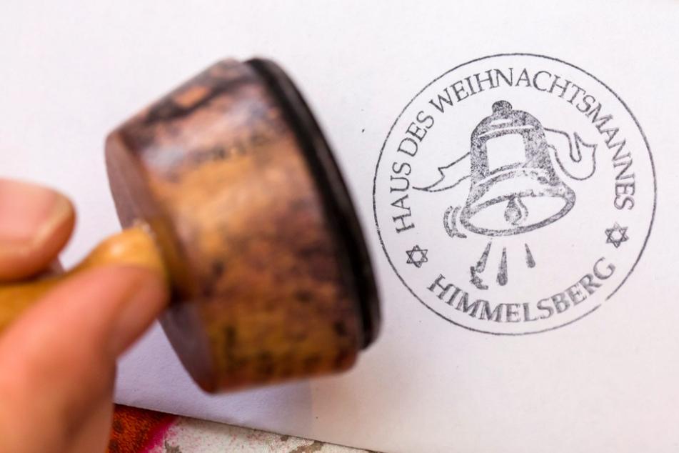 Der Weihnachtsmann stempelt im Weihnachtspostamt in Himmelsberg einen Brief ab. (Archiv)