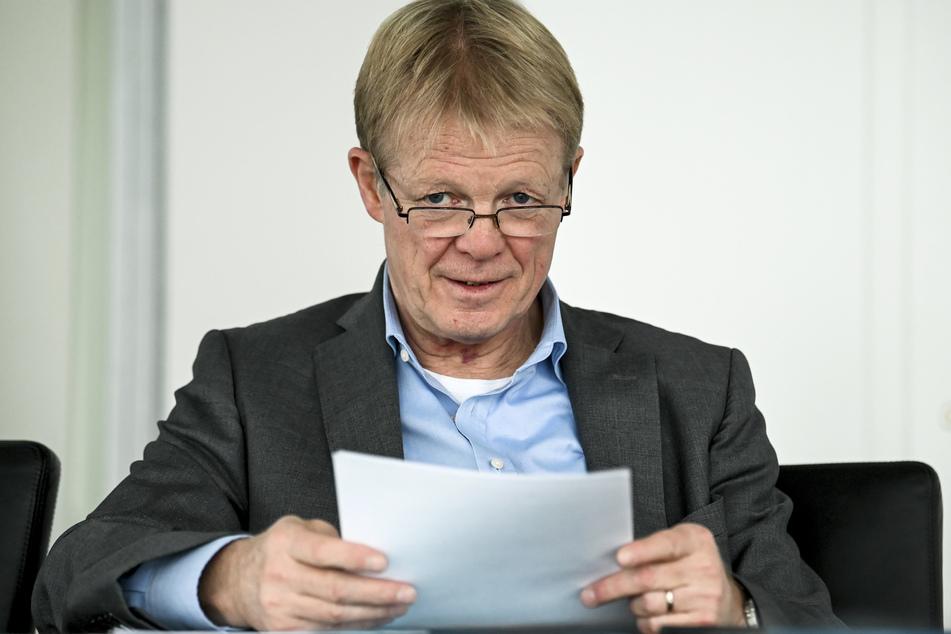 Reiner Hoffmann (65) ist der Vorsitzende des Deutschen Gewerkschaftsbundes (DGB) und will eine dritte Corona-Welle unbedingt vermeiden.