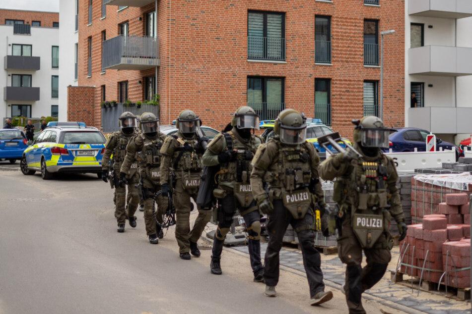 Waffe in Auto gefunden: SEK stürmt Wohnung in Hamburg