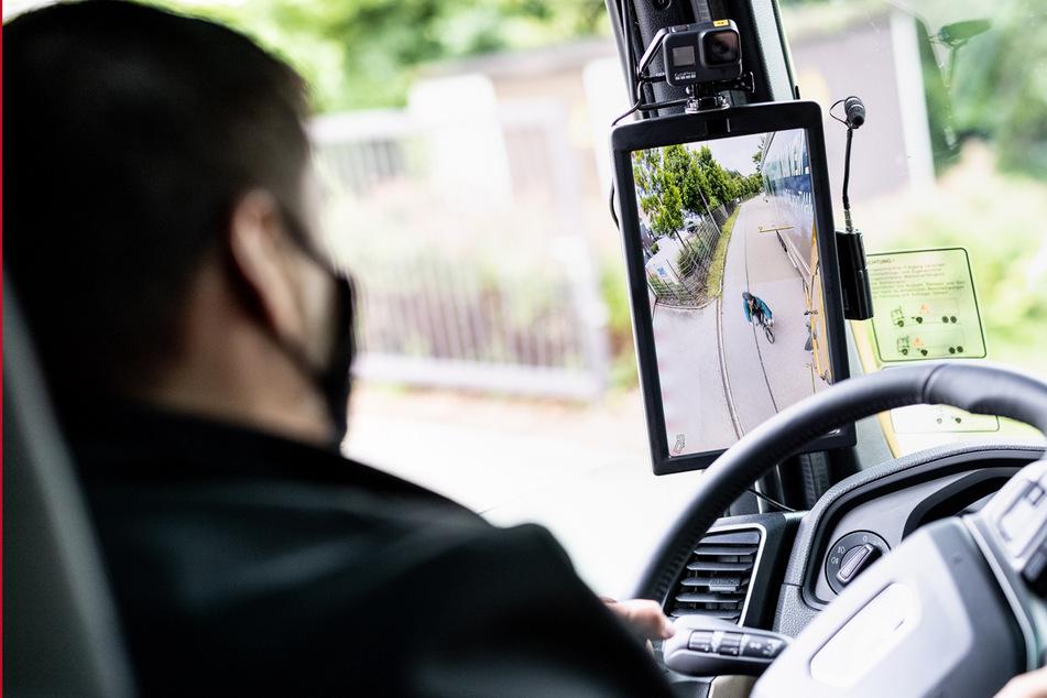 Kamera und Display statt Spiegel: Der Einsatz von Technik könnte noch mehr Sicherheit in der Nähe von Lkws bringen.