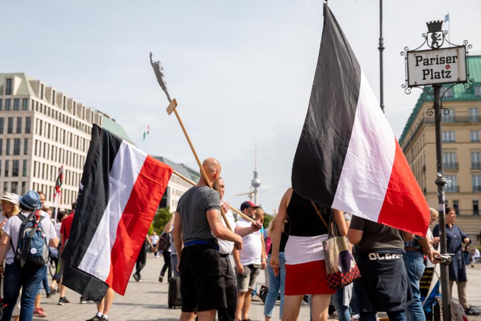 Zuletzt war die Reichsflagge durch die große Anti-Coronamaßnahmen-Demo in Berlin in den Fokus geraten.
