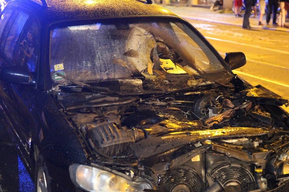 Der Motorraum des Opels brannte komplett aus.