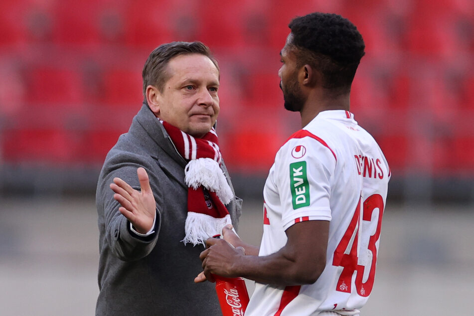 Kölns Sport-Geschäftsführer Horst Heldt (51, l.) und Kölns Stürmer Emmanuel Dennis (23).