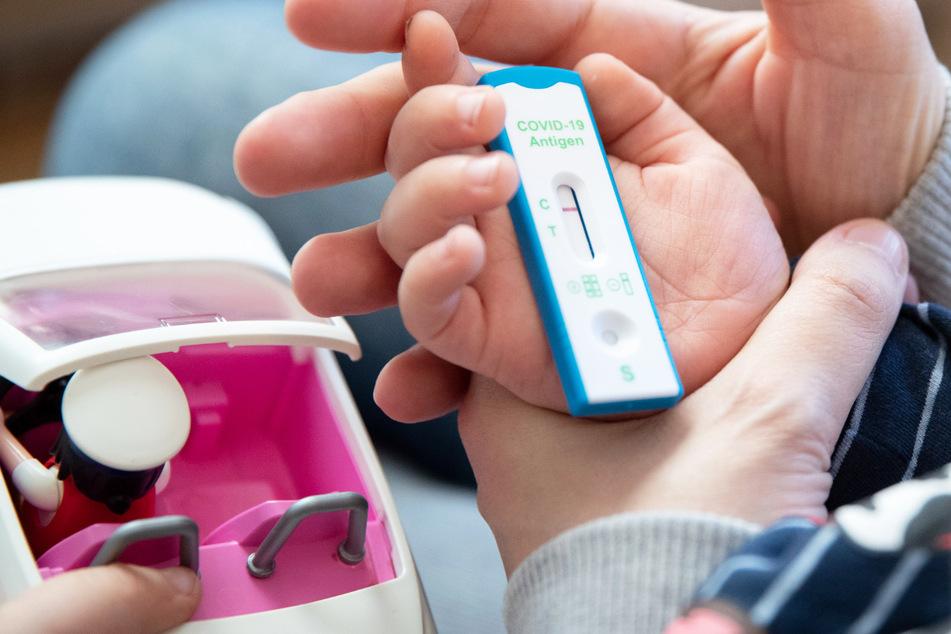 Bayern wird wie angekündigt in der kommenden Woche auch Coronavirus-Tests für Kita-Kinder anbieten. (Symbolbild)