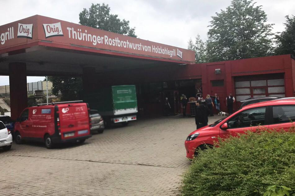 """Die Flammen beschädigten eine Hecke, einen Baum und zwei Fenster der """"Burgertanke"""" in Chemnitz."""