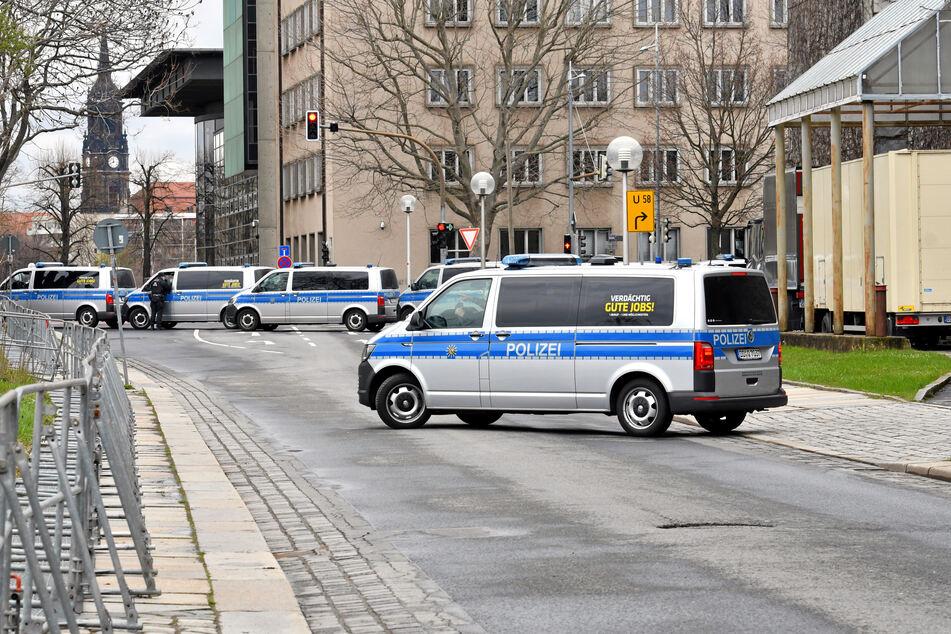 Die Polizei war bis zum späten Abend mit einem Großaufgebot in der Dresdner Innenstadt im Einsatz.