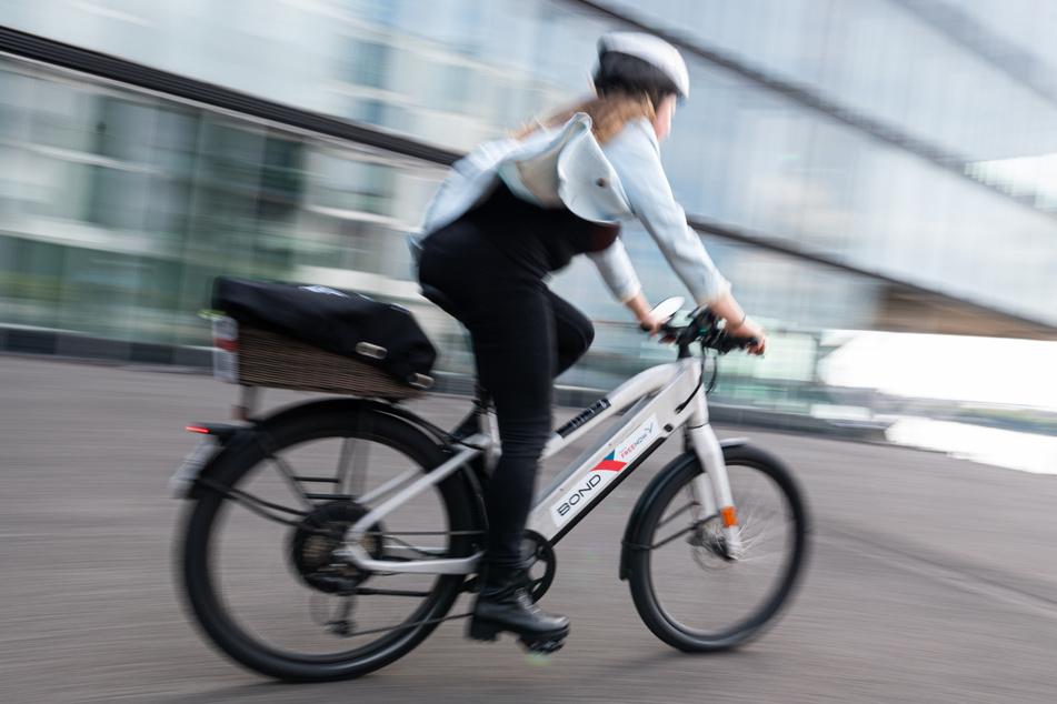 Eine Frau fährt während eines Pressetermins von Free Now und Bond Mobility auf einem E-Bike der Firma Bond Mobility.