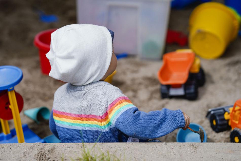 Es gibt mehr Geld fürs Kind. Der zusätzliche Bonus wird als Trostpflaster kritisiert.