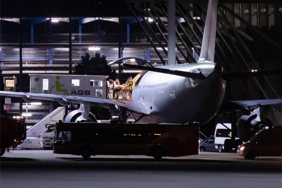 Verletzte Soldaten, die aus Mali eingetroffen sind, werden am Stuttgarter Flughafen aus einem Airbus A310 der Bundeswehr transportiert.