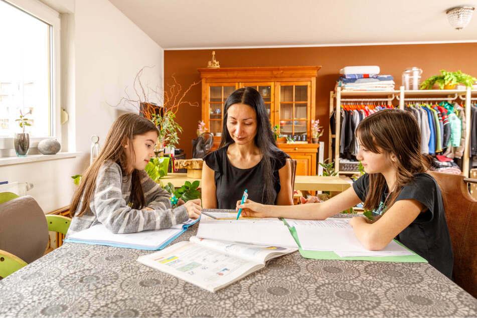 Der Tisch ist der alte, die Wohnung ist neu: Hélenè Mizera (49) mit den Töchtern Zoey (10, l.) und Aimy (11) beim Homeschooling. Die drei sind vergangenen Samstag von Strehlen nach Blasewitz umgezogen.