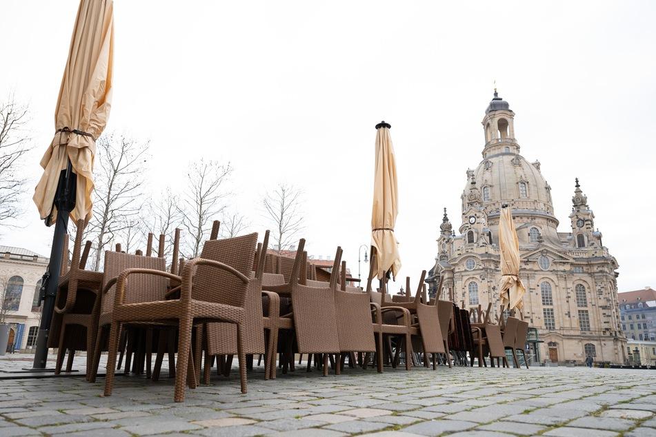 Leere Stühle vor einem Restaurant vor der Frauenkirche in Dresden. Die Gastronomie bleibt weiterhin zu. Speisen dürfen aber geliefert oder abgeholt werden.
