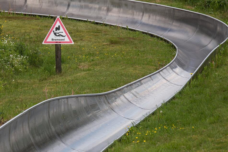 Der Betrieb der Sommerrodelbahn in einem Freizeitpark musste vorübergehend eingestellt werden (Symbolbild).