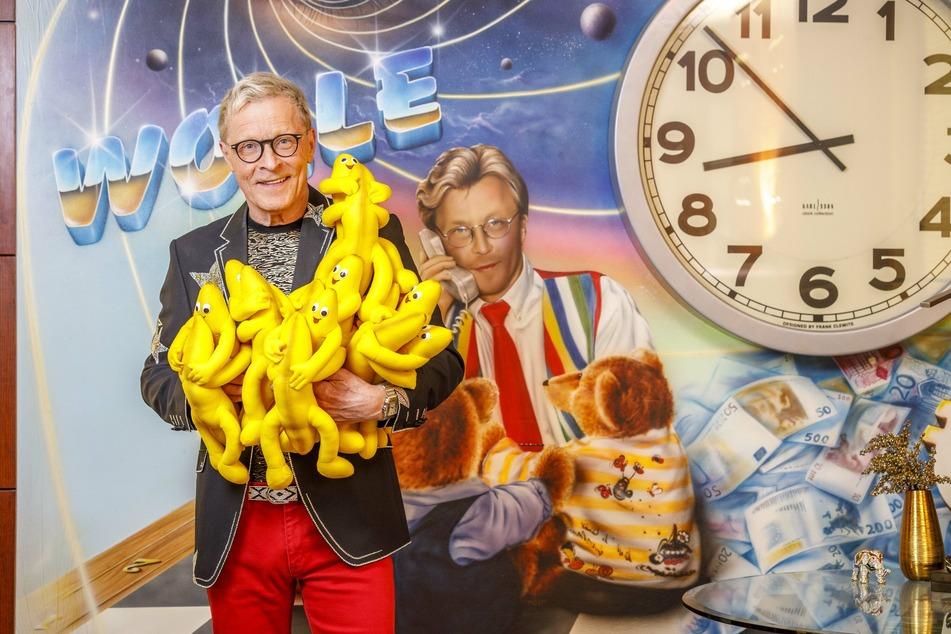 Beim Lageraufräumen gefunden: Wolle Förster (65) mit den Maskottchen der Disco: Einem tanzenden Bananenpaar.