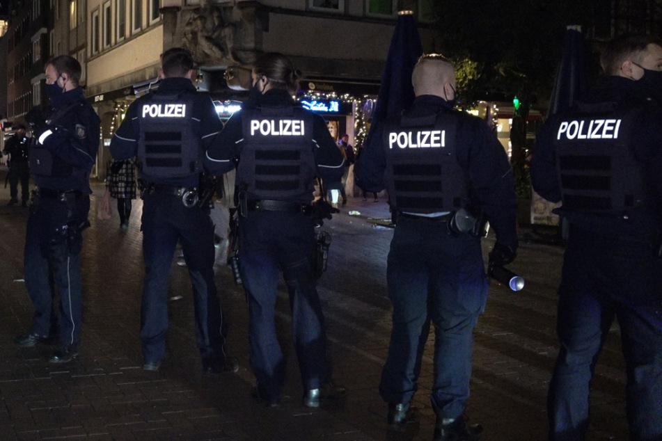 """Mob attackiert Streifenwagen: """"Verweilverbot"""" in Düsseldorfer Altstadt droht"""