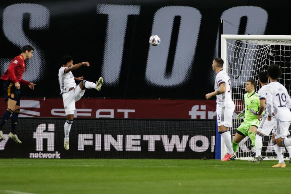 Der Anfang vom Ende: Alvaro Morata (l.) köpft aus Nahdistanz zum 1:0 für Spanien ein.